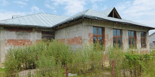 Der angefangene Kindergarten in Verseni verrottet seit 2012...